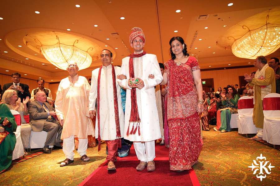 Indian wedding photos of Baraat and Ceremony at the Hilton Hotel photographed by Austin wedding photographer Tony Ku (39)